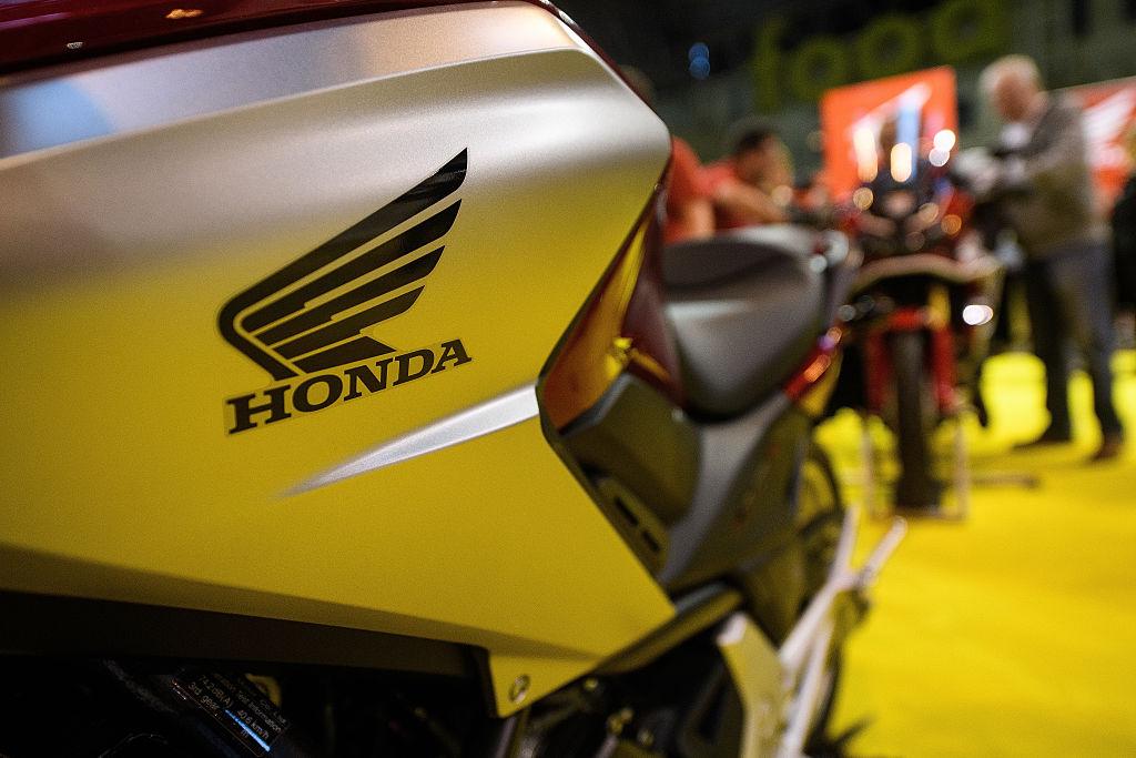 ces 2017 honda presented their self-balancing motorcycle - riding